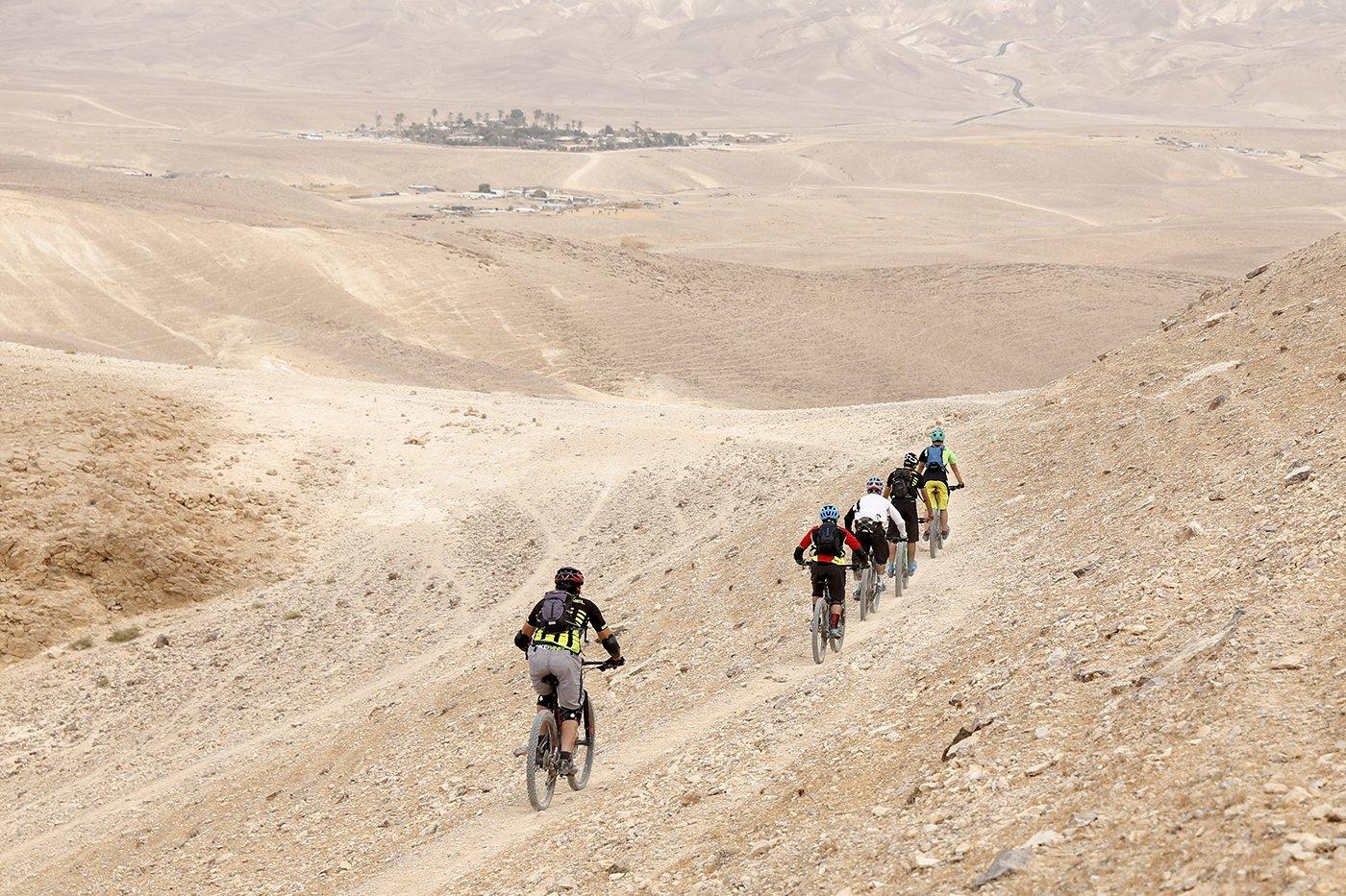 חופשת ספורט במדבר: ברקע - כפר הנוקדים בבקעת הקנאים