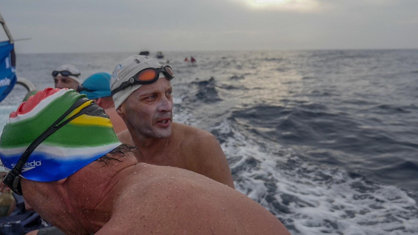 שוחים בים