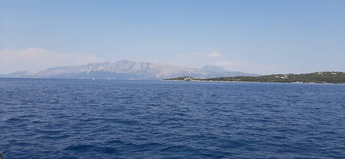 נוף מטיול על יאכטה ביוון